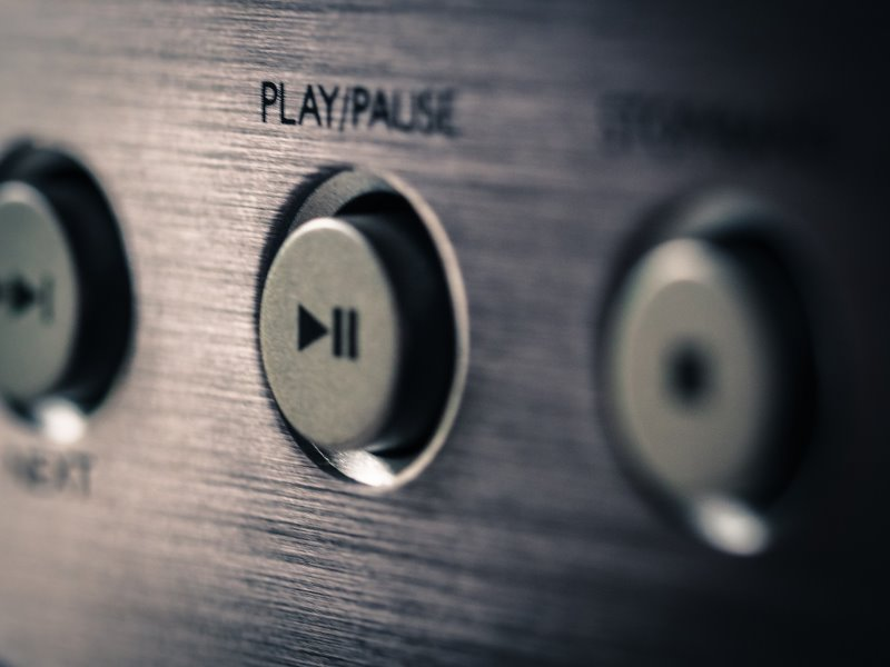 Play/Pause-Taste zur Radio-CD-Player Bedienung