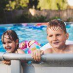 Kinder spielen im Pool