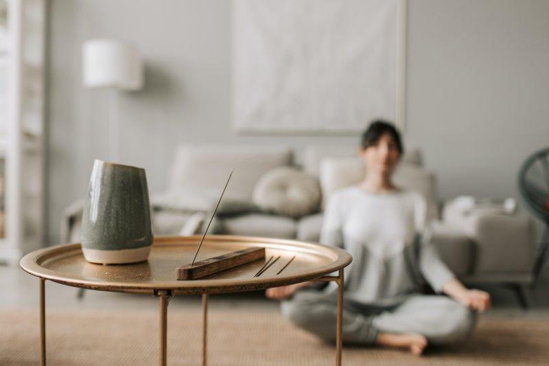 Einsatz von Räucherstäbchen beim Yoga und Meditieren