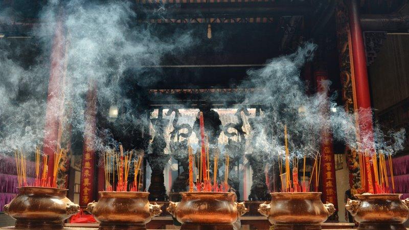Räucherstäbchen im Tempel
