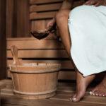 Frau in Sauna beim Aufguss
