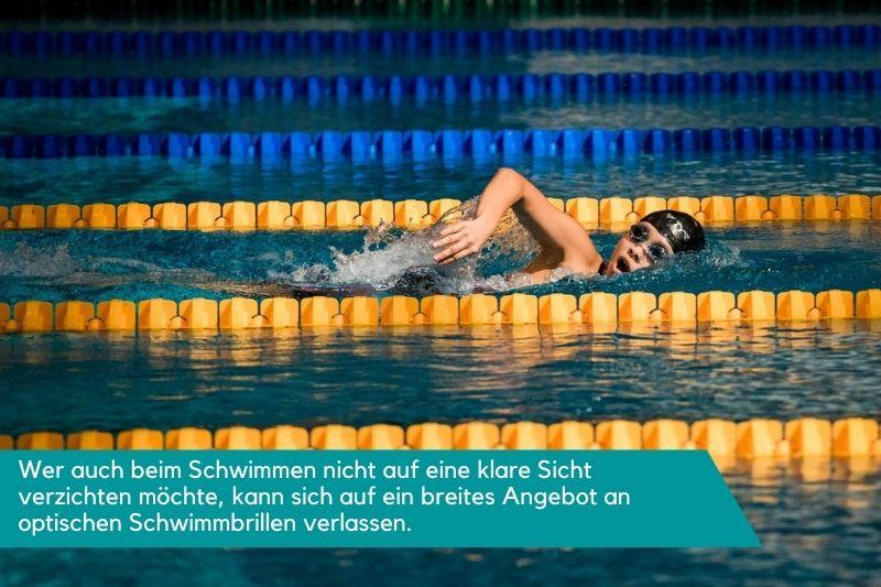 Eine Person schwimmt mit einer getönten Schwimmbrille.