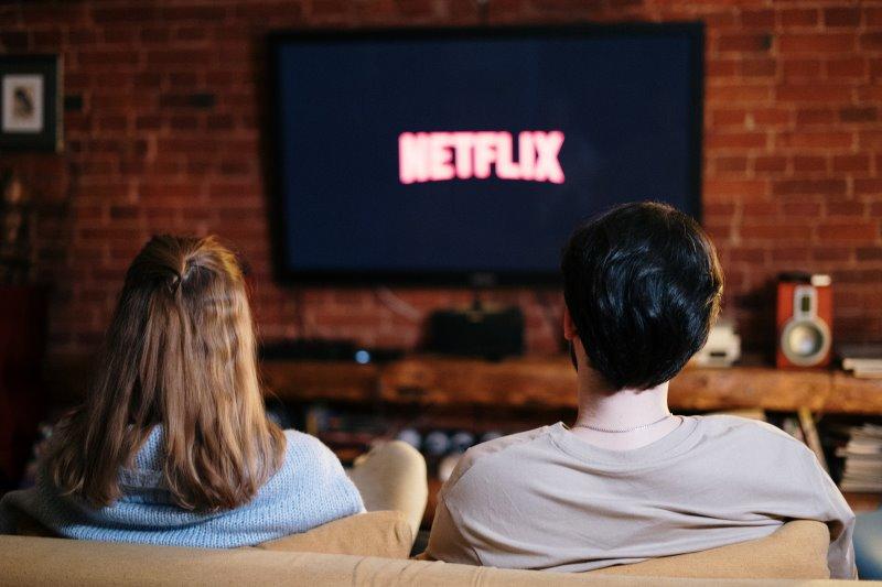 Ein Paar schaut Netflix auf einem Smart TV