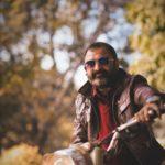 Mann mit Lederjacke auf Motorrad