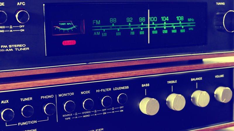 Stereo Receiver mit Anschlüssen und Radiofrequenzen