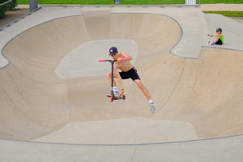 Stunt Scooter Fahrer in Skatepark