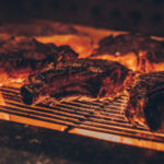 Tischgrill mit Fleisch