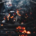 Glühende und rauchende Kohle