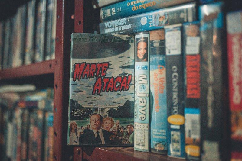 Viele DVD-Cover stehen in einem Regal.