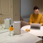 Ein tragbarer Lautsprecher im Indoor-Gebrauch.