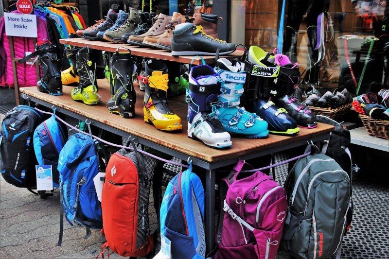 Fachgeschäfte für Outdoorbekleidung bieten Trekkingschuhe und die nötige Ausrüstung wie Rucksäcke und Outdoorkleidung für den Trail an