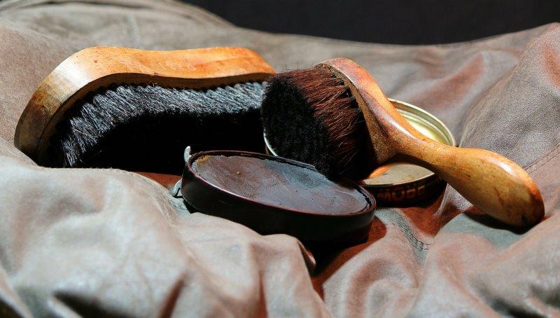 Zur Reinigung und Pflege der Trekkingschuhe benötigt man unter Anderem Schuhbürsten, Lederwachs und Imprägnierspray.