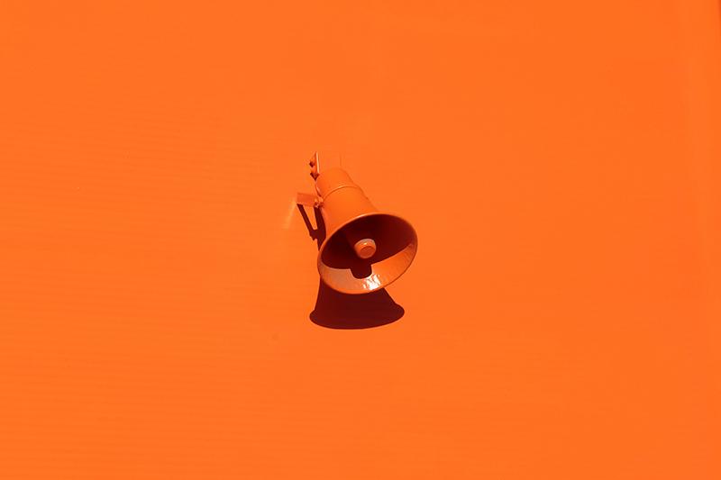 Ein oranges Megaphon als Wandlautsprecher - auch Du kannst Deine Wandlautsprecher völlig individualisieren.