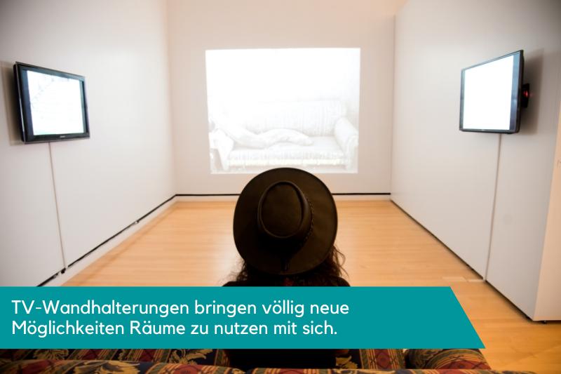 Mit TV-Wandhalterungen sind zwei Fernseher an der Wand montiert
