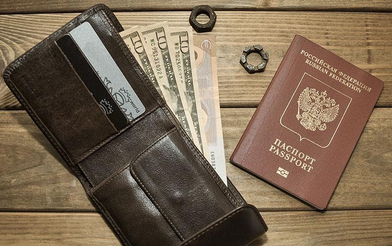 Geld und Dokumente für eine 2-Wochen-Urlaub