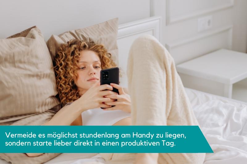 Frau liegt mit Handy im Bett