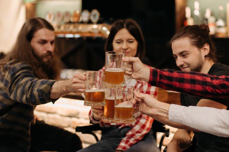 Jugendliche auf Klassenfahrt mit Bier