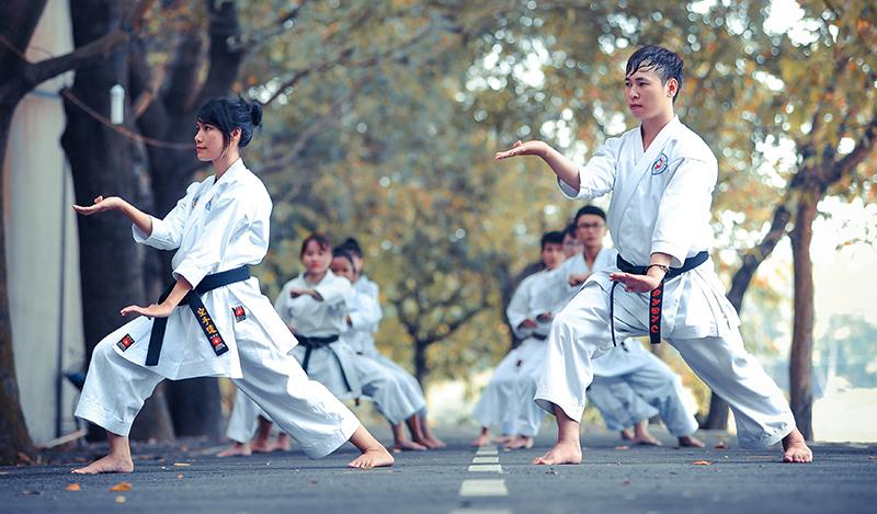 Karateka laufen eine Kata