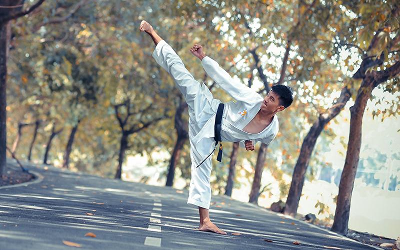 Karate hoher Tritt zum Kopf