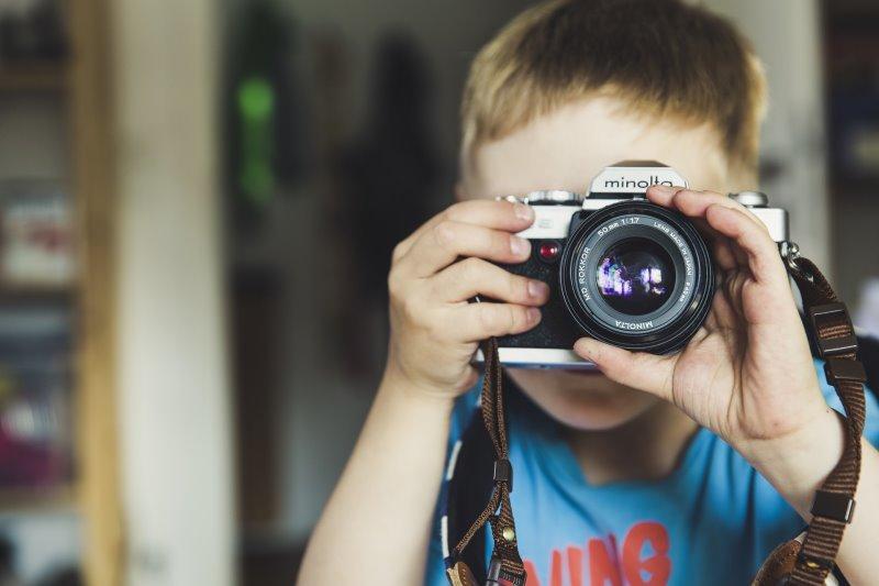 Ein Kind mit einer Kamera