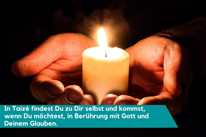 Zwei Hände halten eine Kerze