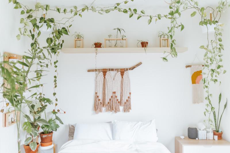 Wandbehang aus Makramee Garn im Schlafzimmer