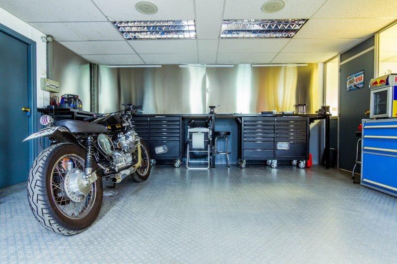 Eine Garage mit einem Motorrad
