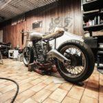 Motorrad in einer Garage