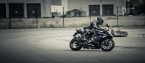 Motorradfahrer fährt eine enge Kurve
