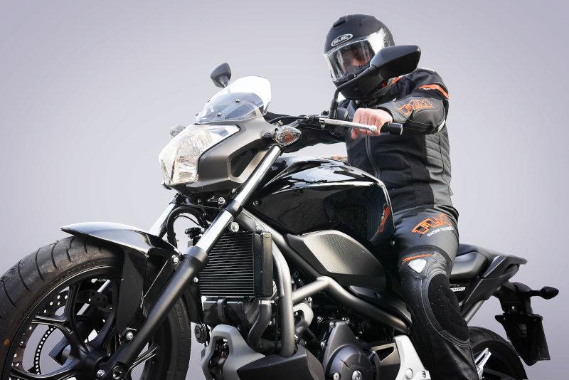 Ein Biker auf seinem Motorrad