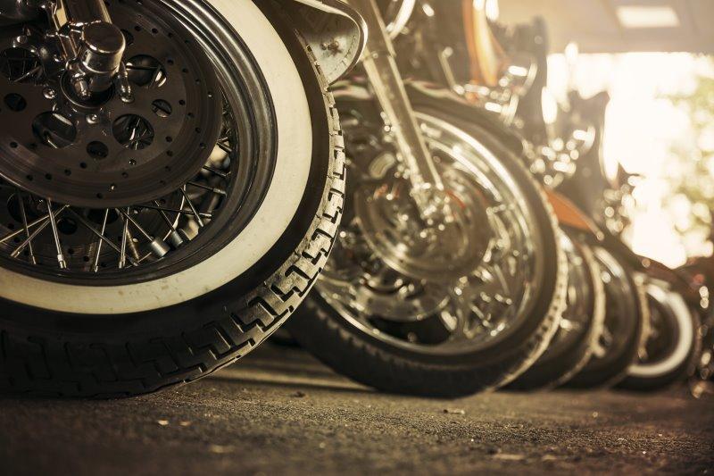 Motorräder nebeneinander gereiht.