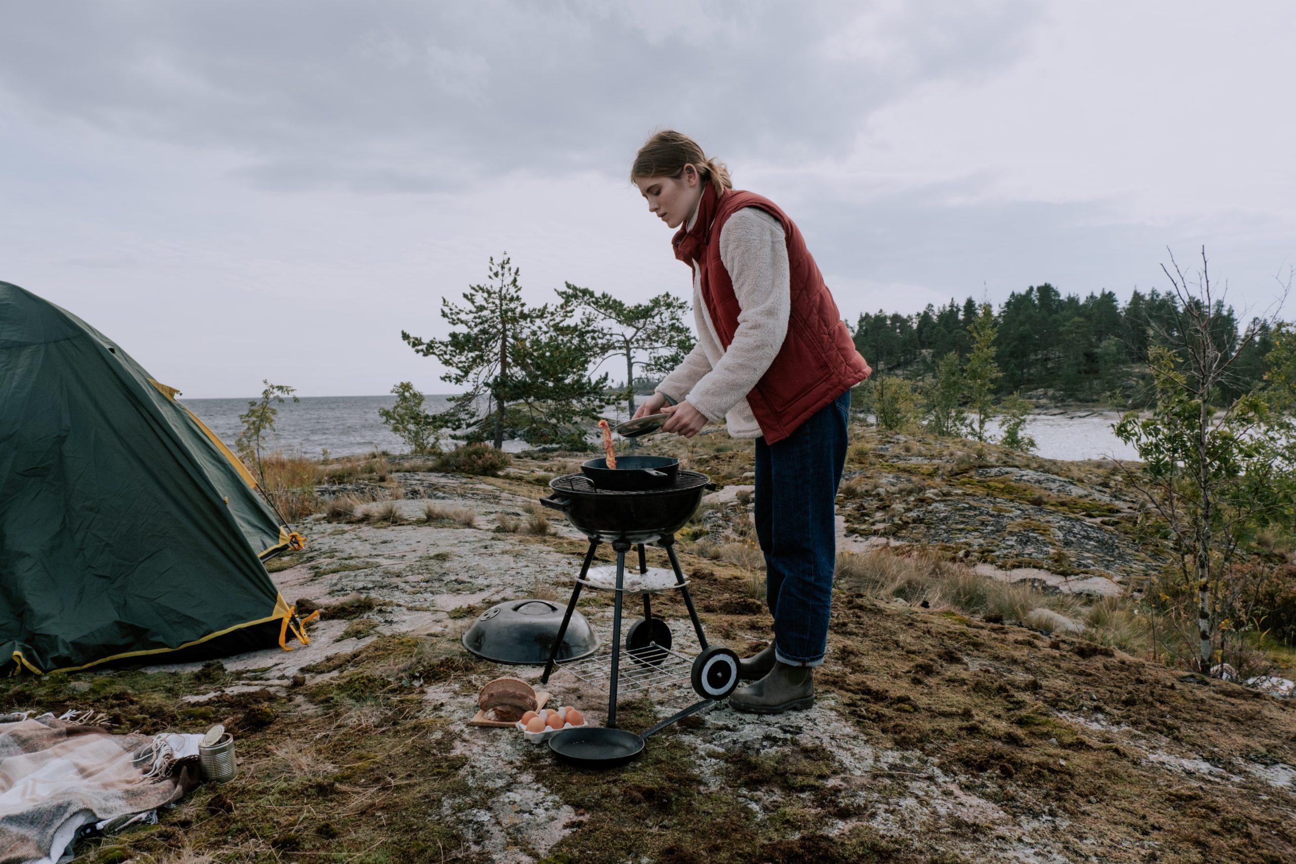 Frau grillt in der Natur