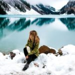 Frau an Lake Louise