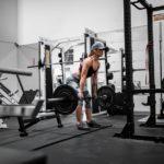 Frau im Fitnessstudio beim Kreuzheben