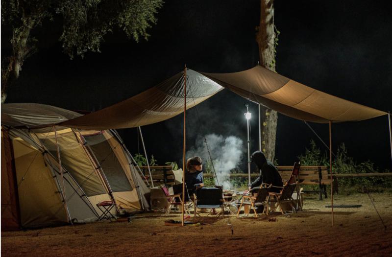 Menschen beim Campen