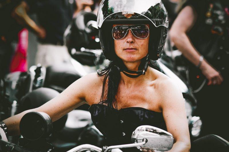 Frau auf einem Motorrad trägt einen Klapphelm