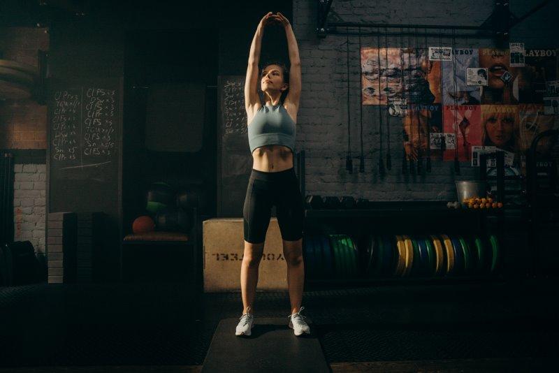 Sportliche Frau macht ein Bodyweight-Training