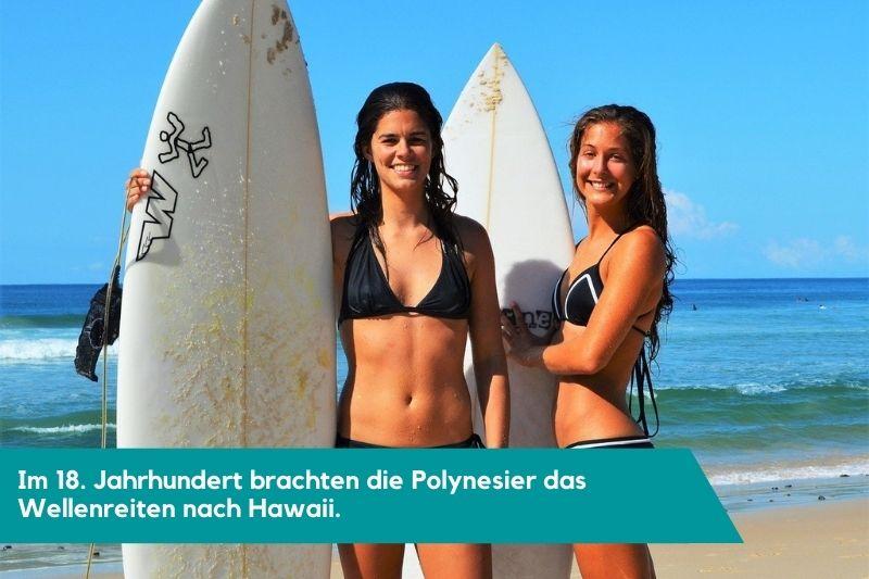 Frauen im Surfbikini und Surfborad im Surfurlaub