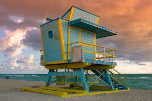 Ein gelb-blauer Rettungsturm am Strand in Miami Beach,