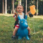 Ein Kind auf einem blauen Hüpftier