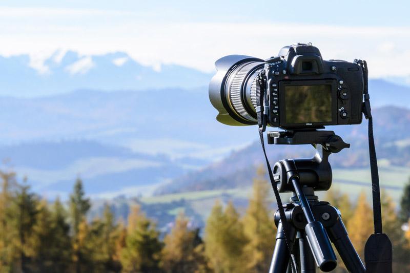 Kamera die auf die Berglandschaft gerichtet ist