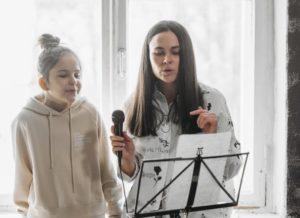 Mutter und Tochter singen gemeinsam