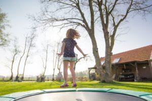 Mädchen springt auf einem Trampolin