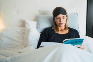 Im Bett lesen mit Leseknochen