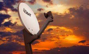 Ein LNB an einer Satellitenschüssel