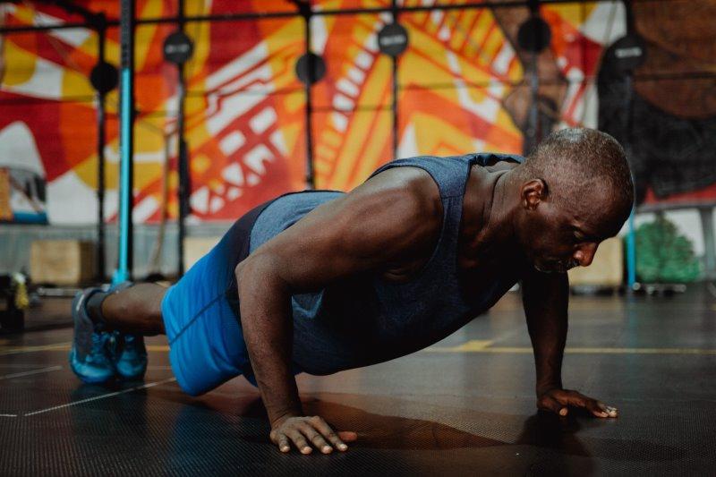 Mann macht Liegestütze während des Bodyweight-Trainings
