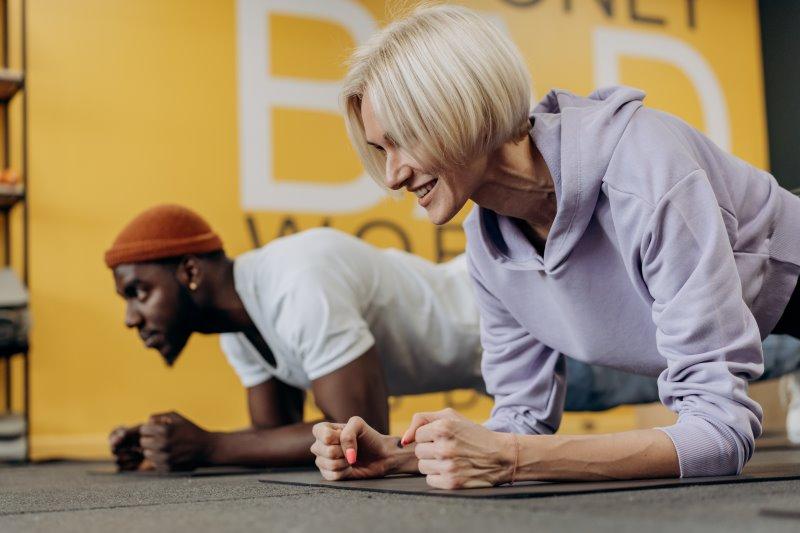 Mann und Frau üben Planks als Bodyweight-Training