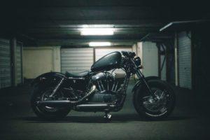 Hier siehst Du ein Motorrad in einer herkömmlichen Garage.