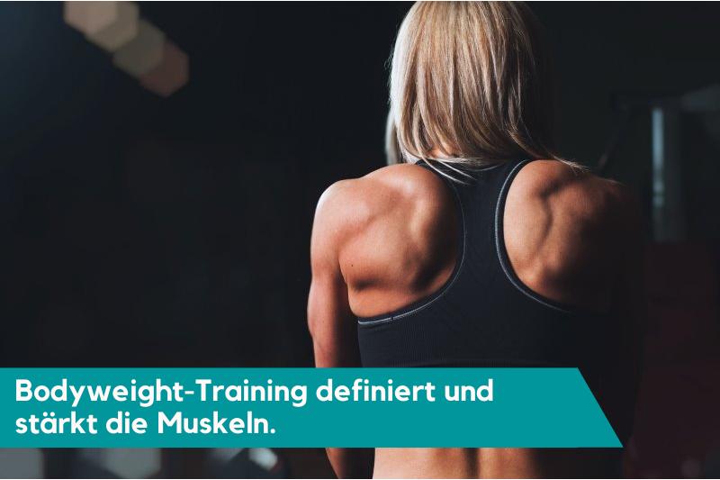Muskulöse Frau durch Eigengewichtstraining