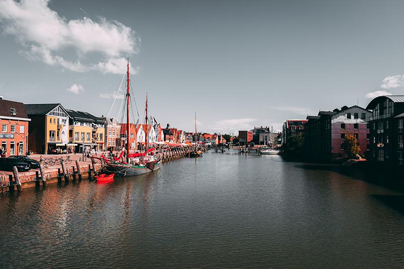 Foto des Hafengebiets der Nordseestadt Husum, gebadet in ein schönes rotes Licht.